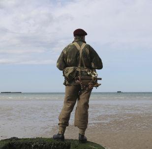 Un hombre en la playa durante el evento para conmemorar el 75 aniversario del Día D