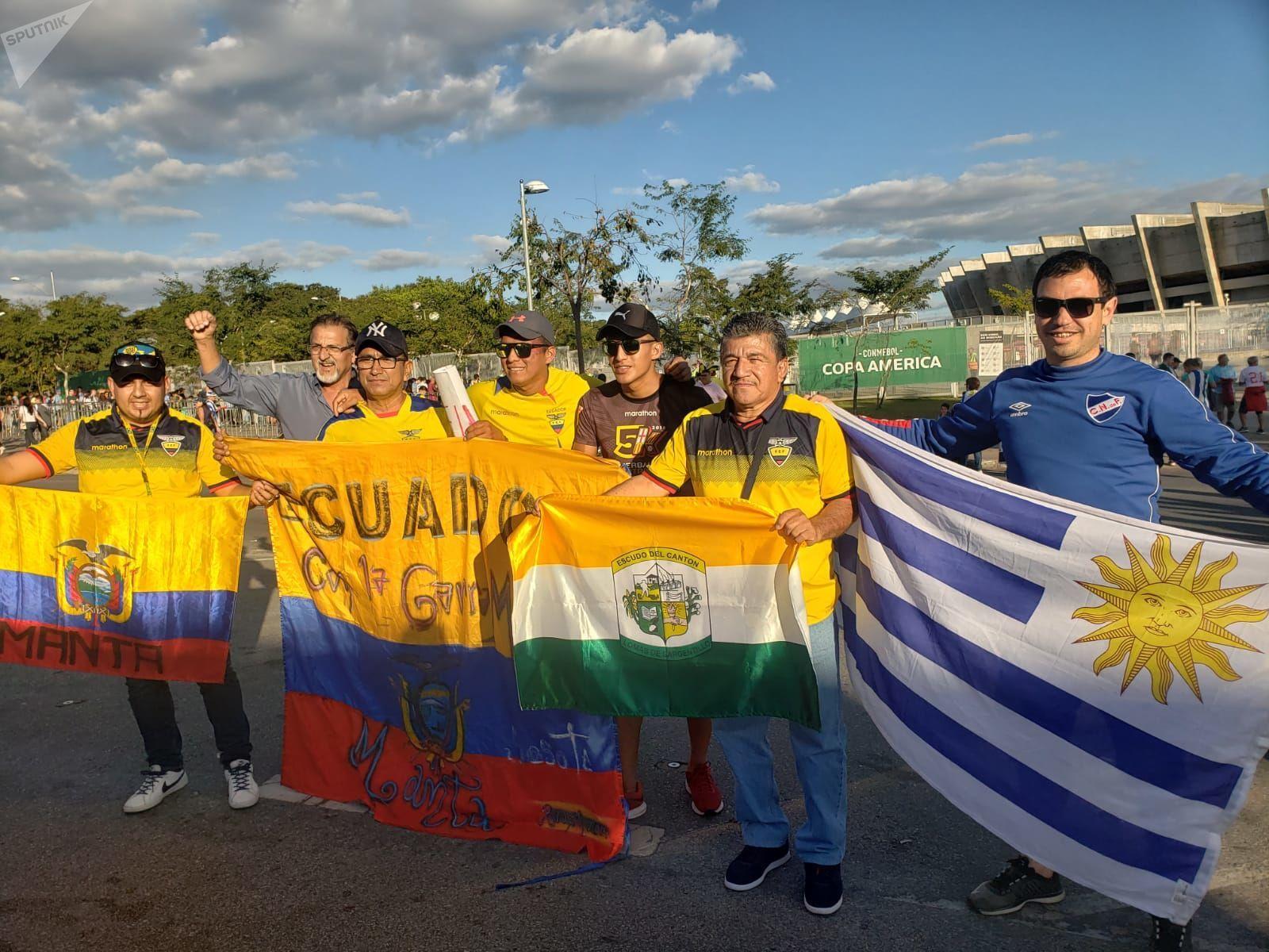 Hinchas de Uruguay y de Ecuador en la previa del partido entre ambas selecciones