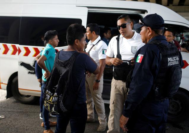 La policía mexinana controla a los migrantes