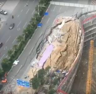 Derrumbe de una carretera en Nanning, China