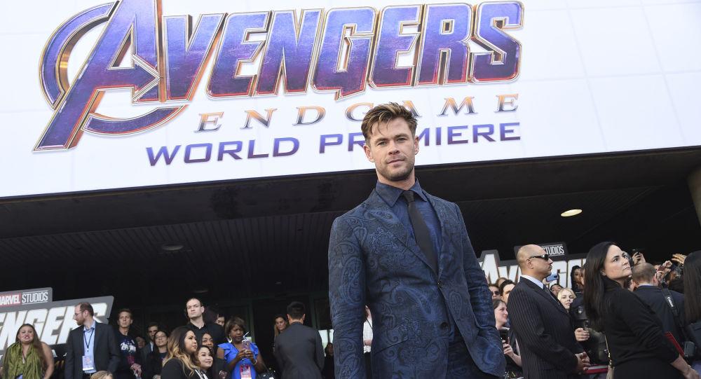 El logo de la película 'Vengadores: Endgame'  y el actor Chris Hemsworth