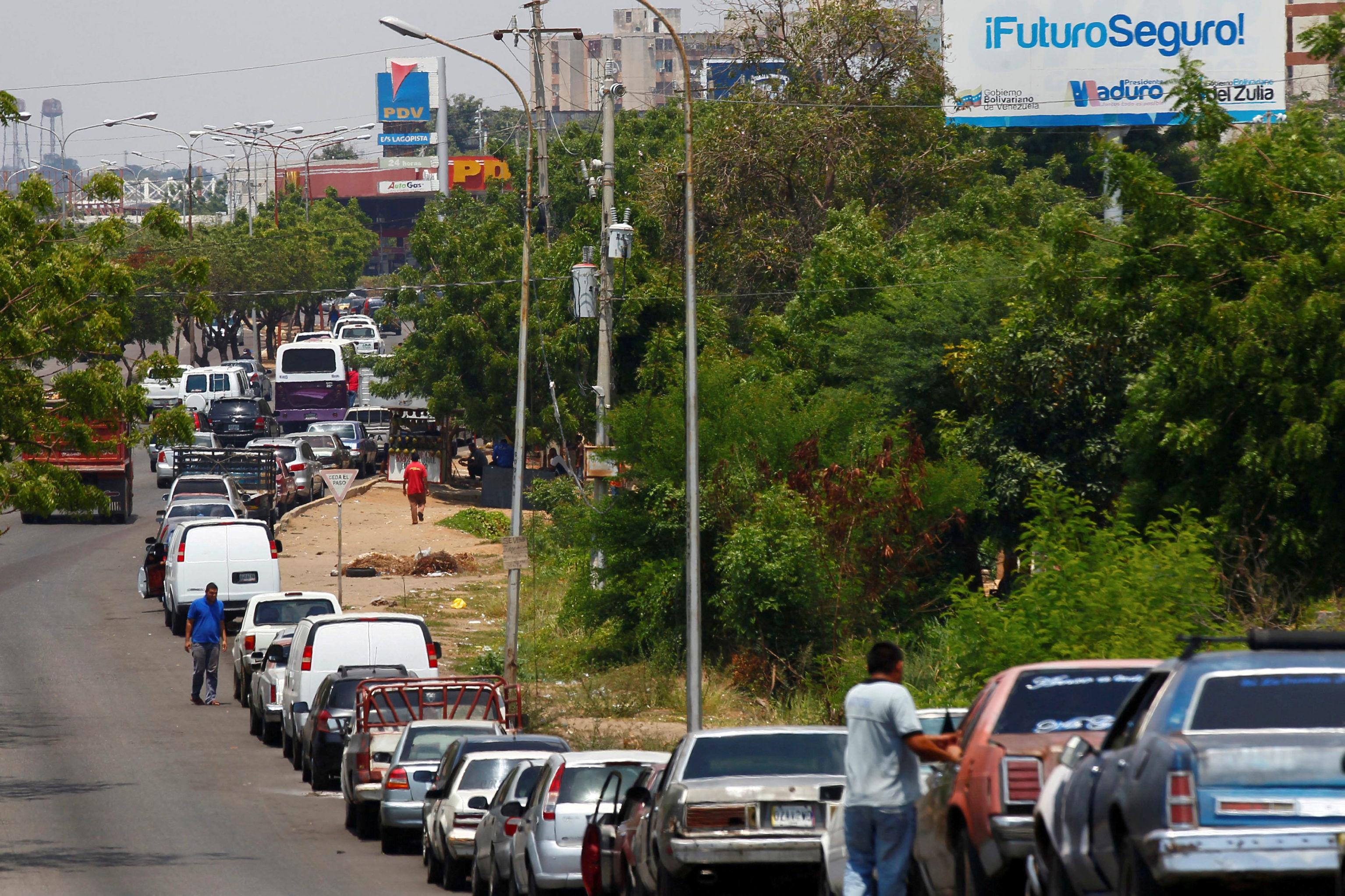 Los medios suelen hacerse eco de desabastecimientos de gasolina en el oeste de Venezuela y muestran escenas como esta en Maracaibo, pero rara vez indagan en las causas externas a Venezuela, como el bloqueo de EEUU a fondos estatales de Caracas o el contrabando hacia Colombia