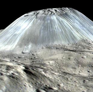 La montaña Ahuna Mons en Ceres (reconstrucción gráfica)
