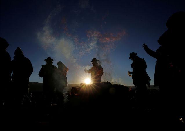Participantes de la ceremonia del solsticio de invierno que coincide con el Año Nuevo Indio Aymara en Tiwanaku