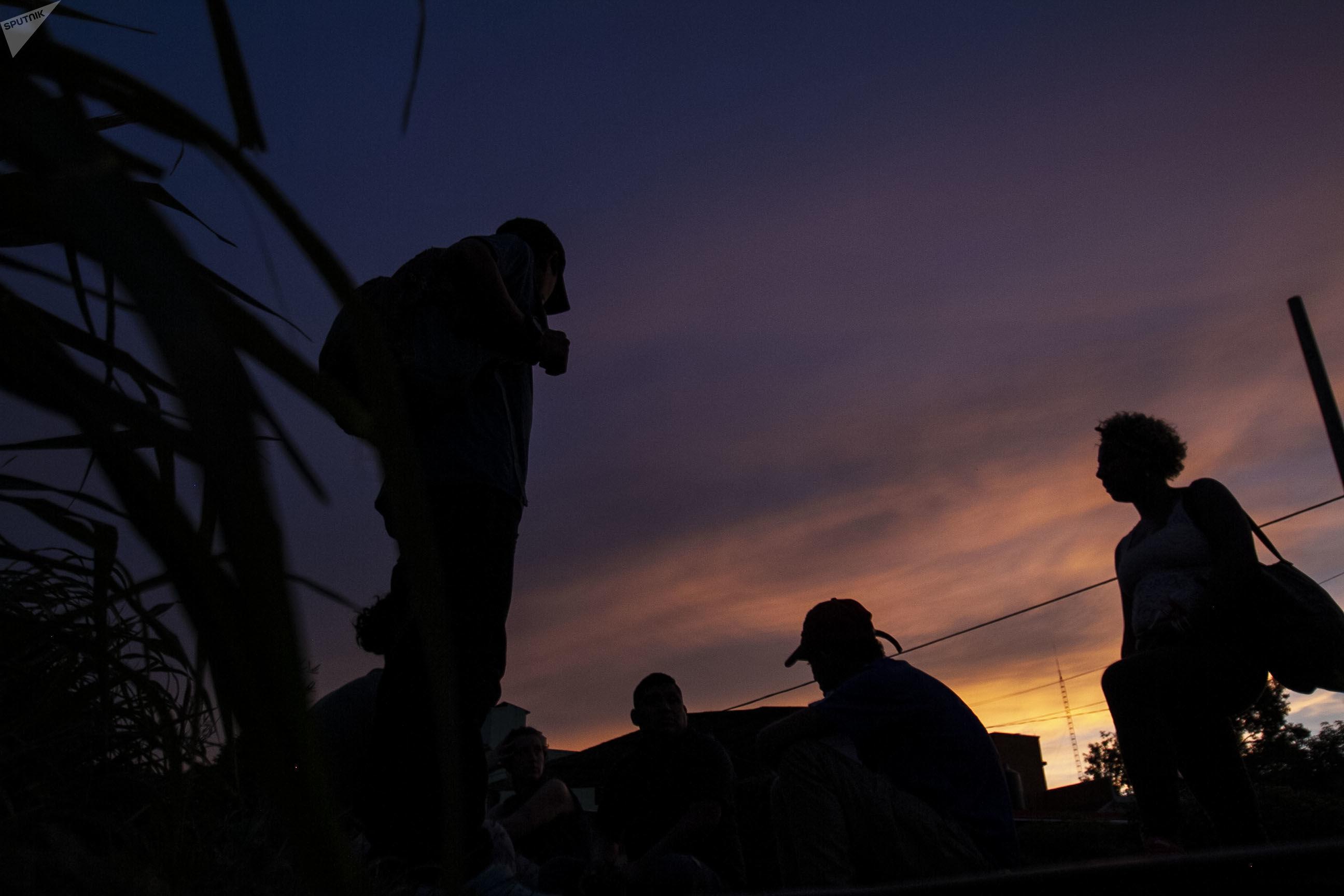 Migrantes esperan la llegada del tren apodado 'La Bestia' para viajar a los EEUU