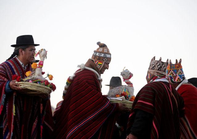 Celebración del día vacío del calendario aymara de 13 meses en Bolivia