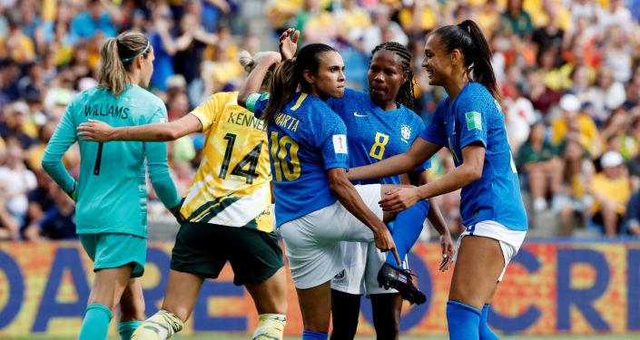 La futbolista brasieña Marta Vieira celebra un gol señalando sus zapatos con el logo de la campaña 'Go equal'