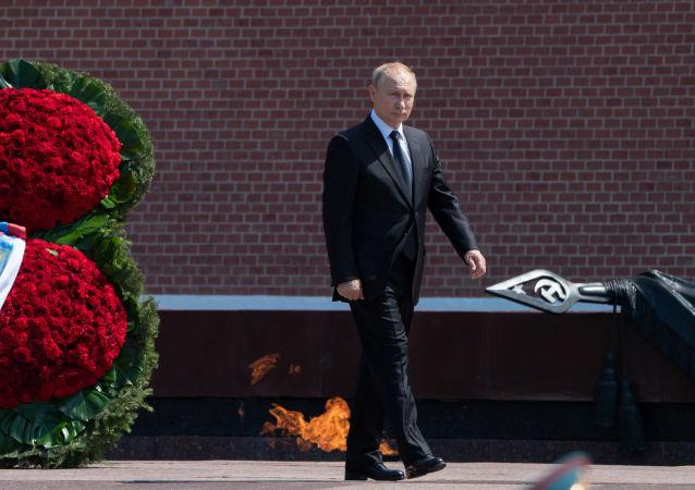 Putin deposita flores en la Tumba del Soldado Desconocido