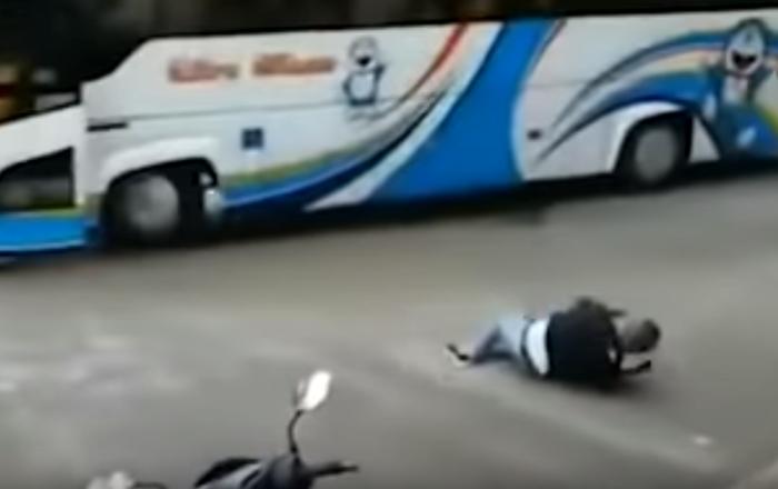 ¡Sálvese quien pueda! Un conductor salta de un autobús a punto de estrellarse