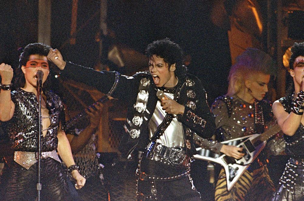 Jackson es uno de los que continúan ganando después de la muerte. Sus canciones se emiten en la radio y los clips se muestran en la televisión. El primer álbum póstumo de Jackson, 'Michael', se lanzó en 2010. El 13 de mayo de 2014, se lanzó el segundo álbum póstumo de Jackson, Xscape con ocho canciones, seleccionadas cuidadosamente por la compañía de grabación Epic Records. Inmediatamente después del lanzamiento del álbum encabezó las listas de Estados Unidos y el Reino Unido. Foto: Michael Jackson se presenta en el estadio Yokohama, 1987.