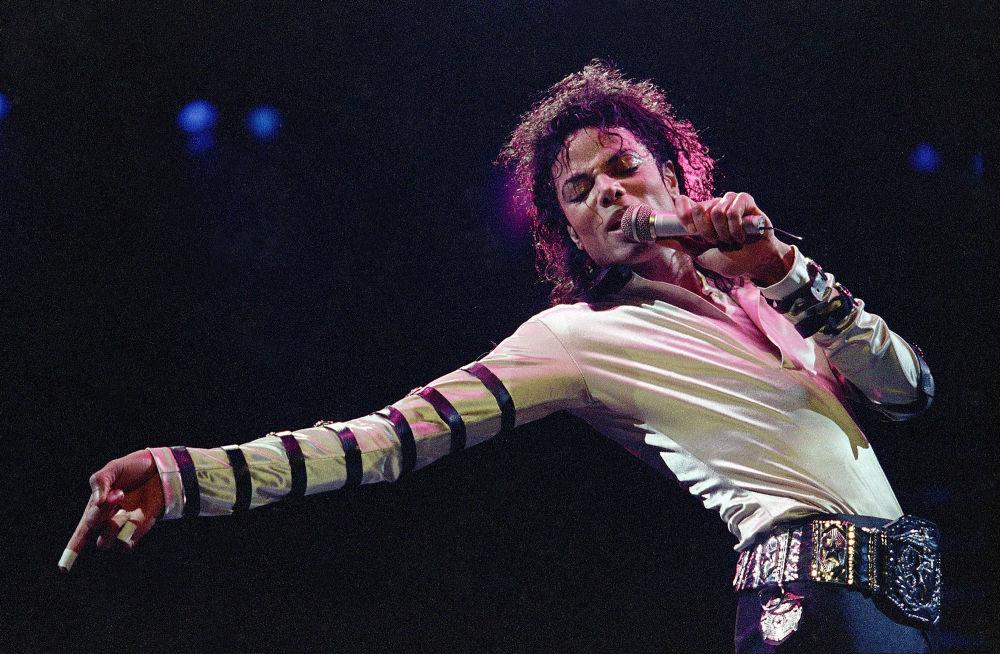 El 25 de junio de 2009, Michael Jackson fue encontrado muerto por su médico personal Konrad Murray, quien, un par de horas antes, le había aplicado una inyección y lo había dejado solo. La ambulancia llegó en cuestión de minutos, el equipo de reanimación pasó una hora tratando de devolver la vida al artista, pero ya era demasiado tarde. El cantante falleció a la edad de 50 años. Después de cuatro años, Murray fue declarado culpable de asesinato involuntario, condenado a cuatro años de cárcel y privado de la licencia médica. En la foto: Michael Jackson actúa en Kansas City, 1988.