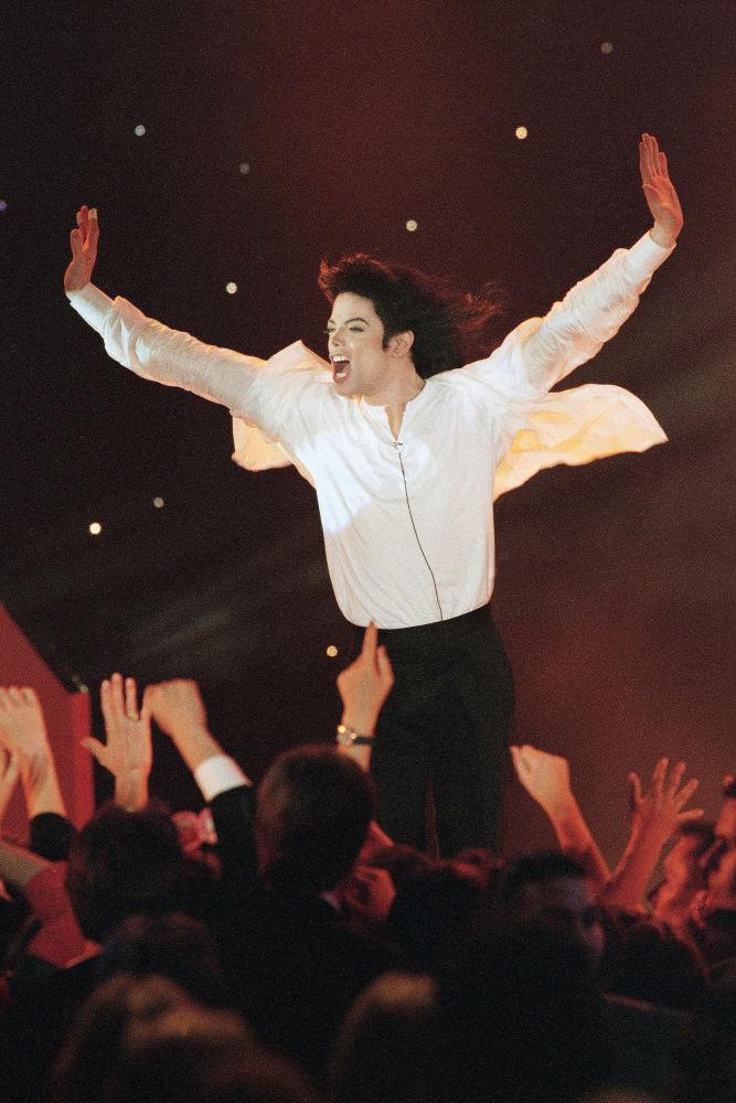 Michael Jackson interpreta la canción 'Earth Song' en los World Music Awards en Monte Carlo, 1996.