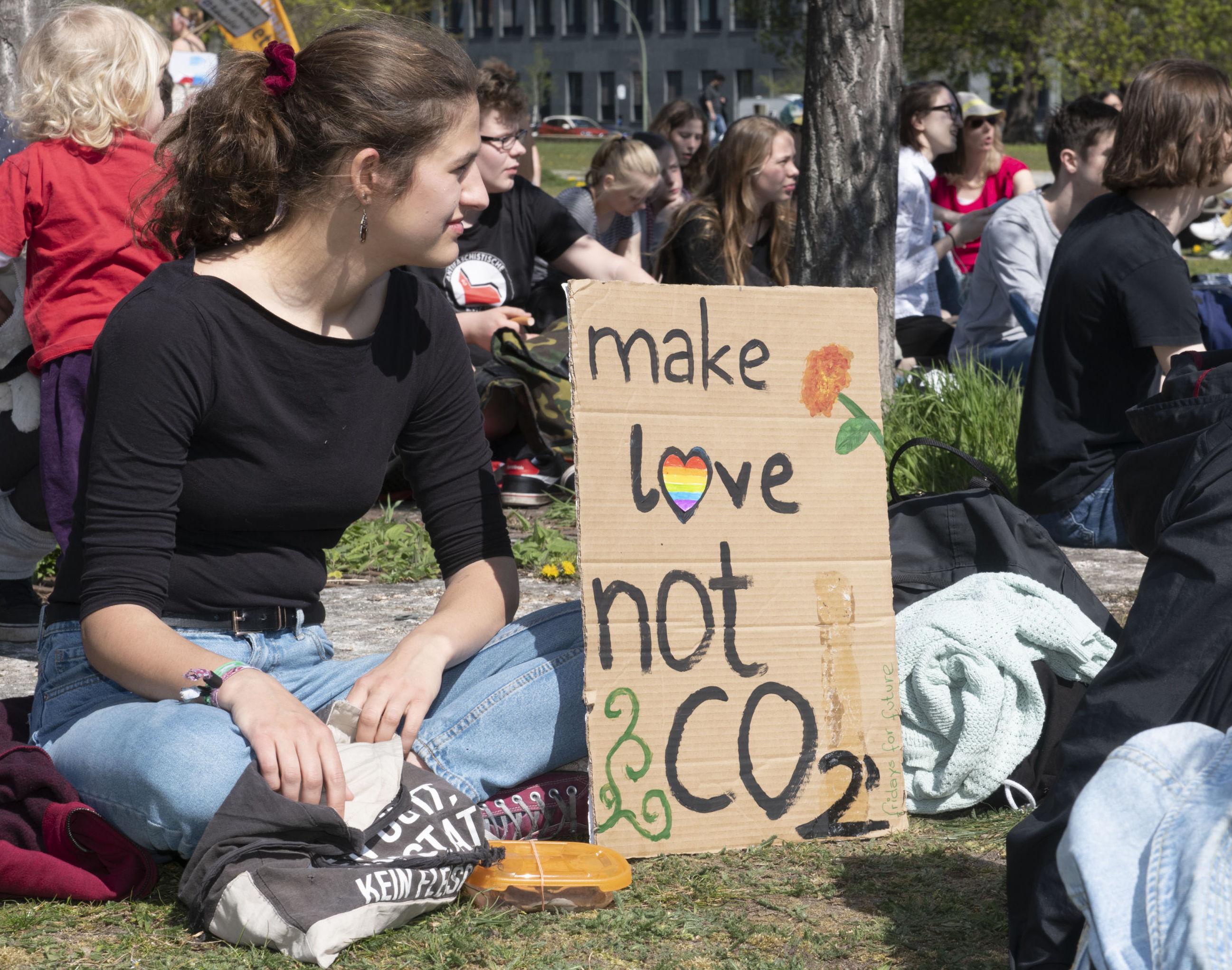 Haz el amor y no CO2, uno de los eslóganes de la marcha contra el cambio climático 'Viernes por el futuro' de Berlín.