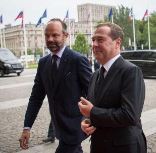 El primer ministro de Francia, Édouard Philippe, con su par ruso, Dmitri Medvédev