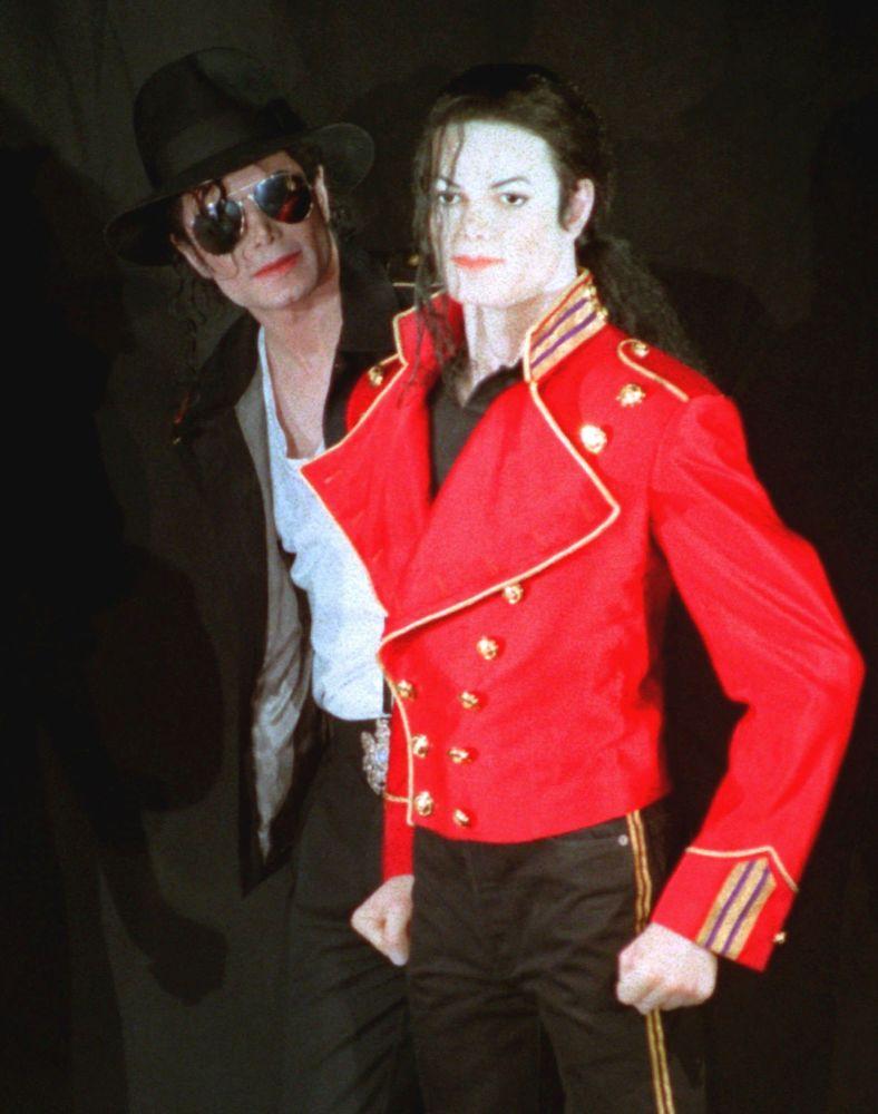 En el décimo aniversario de la muerte del cantante, la BBC grabó un documental que debería ayudar a reevaluar su vida y su patrimonio. La trama de la cinta cubre prácticamente toda la vida de Michael Jackson, desde la infancia y las actuaciones con el grupo de los Jackson 5 hasta la creación del rancho Neverland y la preparación de la gira final de 'This Is It', que no tuvo lugar debido a la muerte del músico. En la foto: Michael Jackson junto a su copia de cera en el museo Grevin Wax de París, 1997.