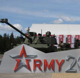 Un tanque y un vehículo militar detrás del logo Army 2019