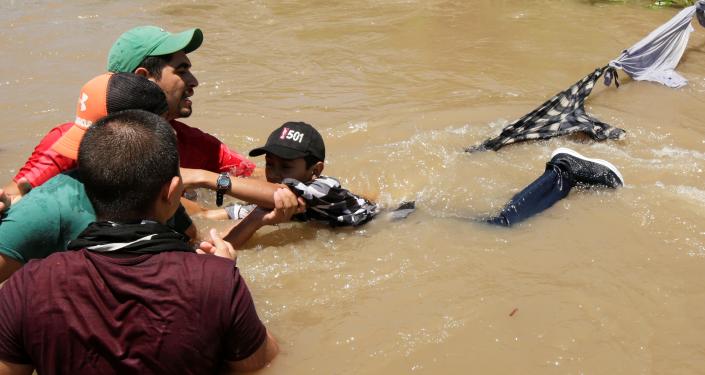 Migrantes de Honduras cruzan el río Bravo para ingresar ilegalmente a Estados Unidos