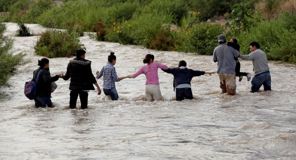 Migrantes centroamericanos cruzan el Río Bravo en México