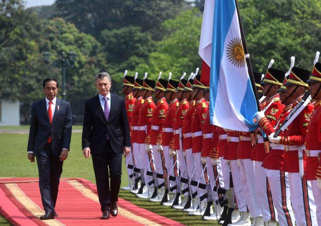 El presidente de Argentina, Mauricio Macri, junto a su par de Indonesia, Joko Widodo