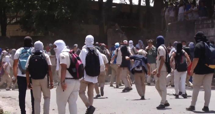Policías y estudiantes protagonizan choques violentos en Honduras