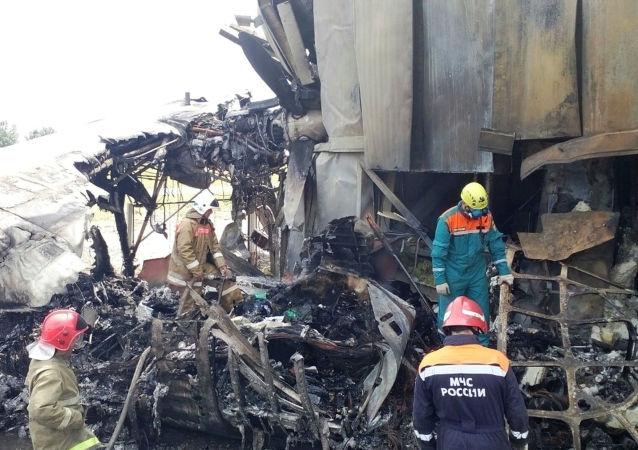 Los rescatistas en el lugar de la catástrofe del An-24 en Rusia