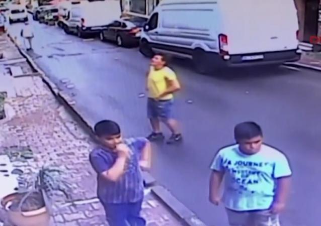 Los héroes están entre nosotros: un joven atrapa a una niña que cae de una ventana