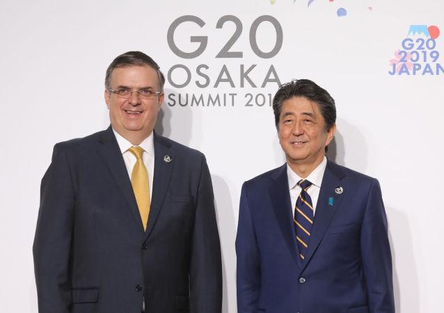 El canciller de México, Marcelo Ebrard, y el primer ministro de Japón, Shinzo Abe