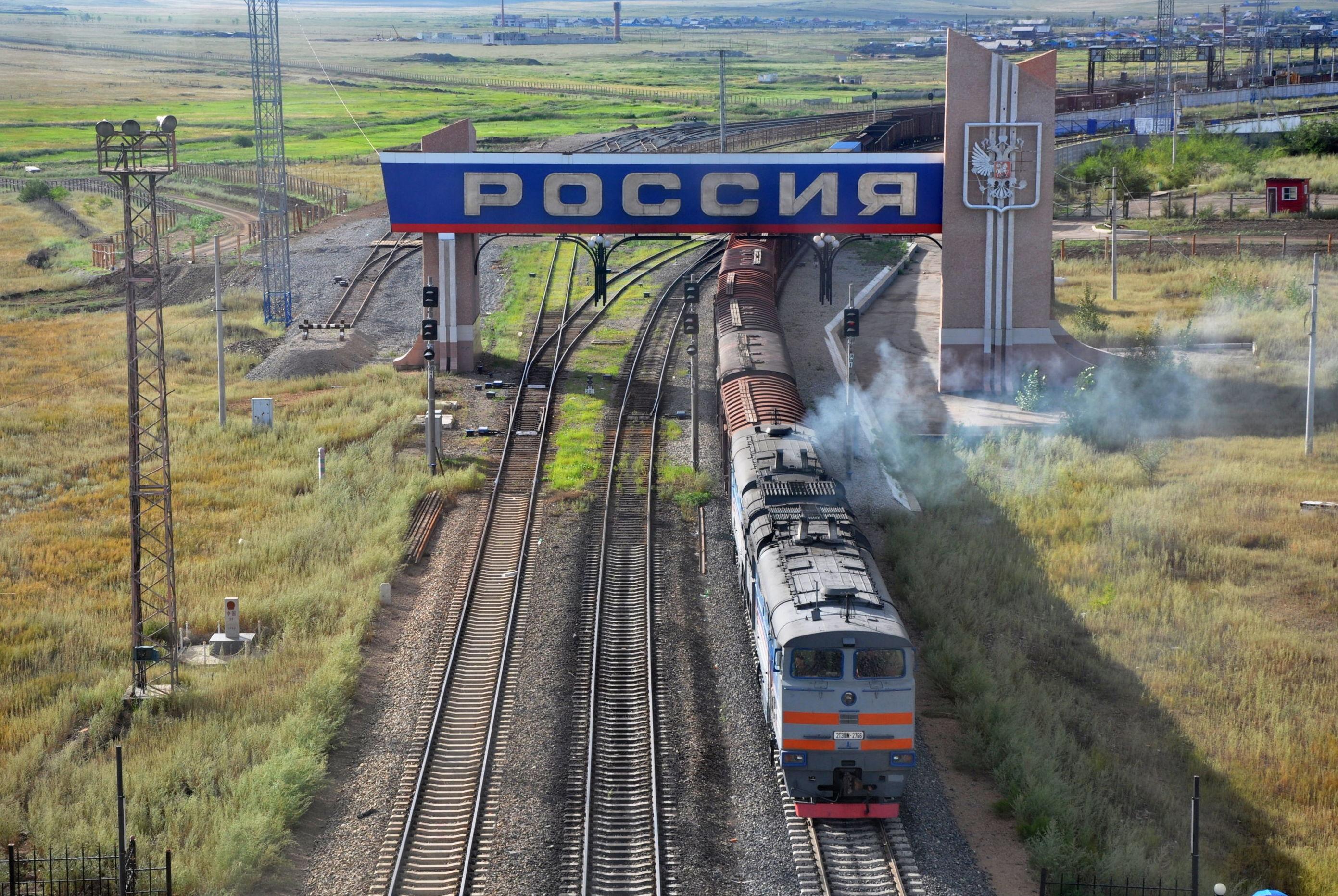 Un tren atraviesa la frontera entre China y Rusia