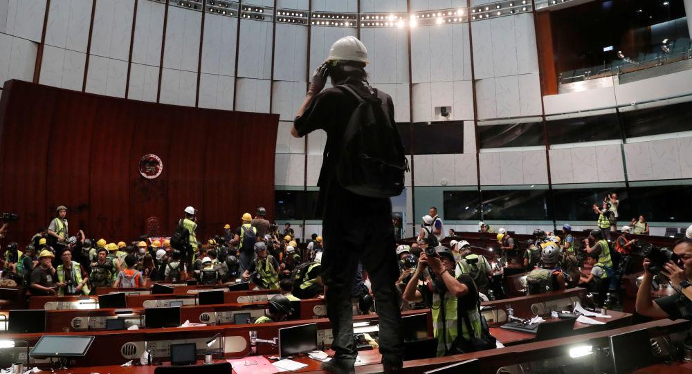 Los manifestantes asaltan la sede del Consejo Legislativo de Hong Kong