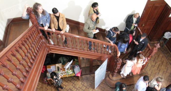 Asistentes de la conmemoración por los 220 años del natalicio del poeta ruso Aleksandr Pushkin
