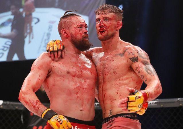 El escocés Ross Houston y el danés Nicholas Dalby durante el Cage Warriors 106 de la MMA