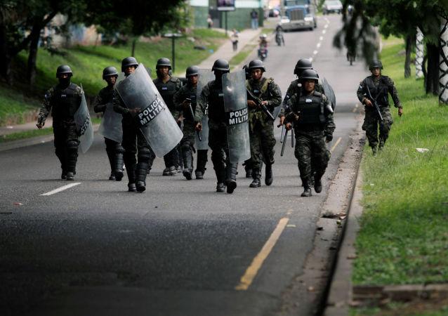 Militares durante las protestas en Tegucigalpa, Honduras
