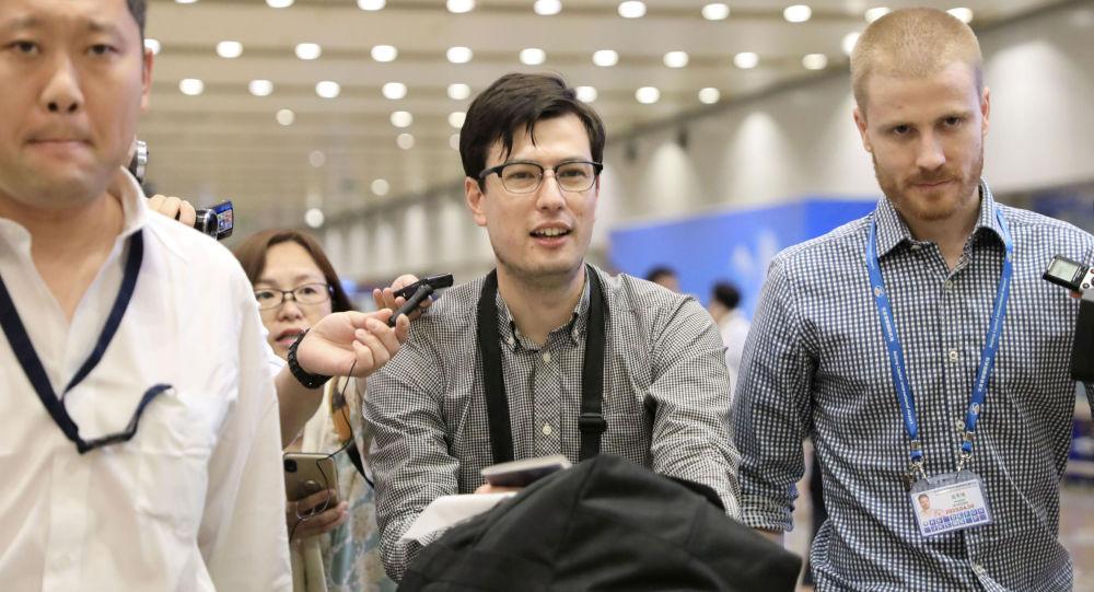 El estudiante australiano Alek Sigley (centro)