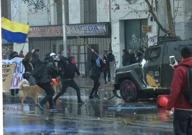 Violentos enfrentamientos entre la Policía y los manifestantes en Santiago de Chile