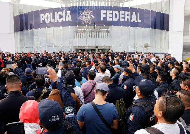 Integrantes de la Policía Federal protestan frente a la sede del organismo