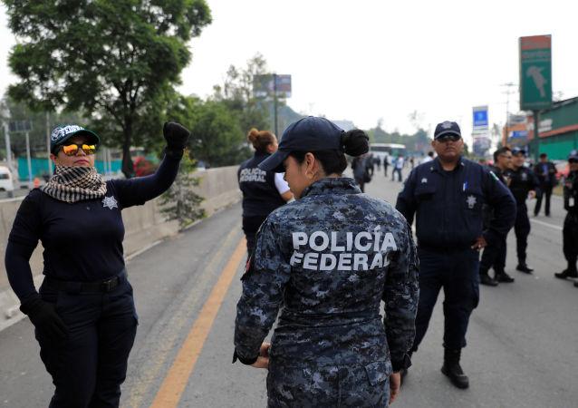 Integrantes de la Policía Federal protestan en México