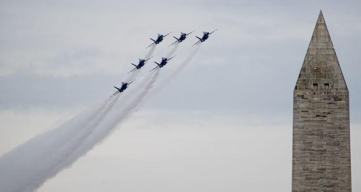 Aviones militares de EEUU sobrevuelan los fuegos artificiales durante las festividades del Día de la Independencia