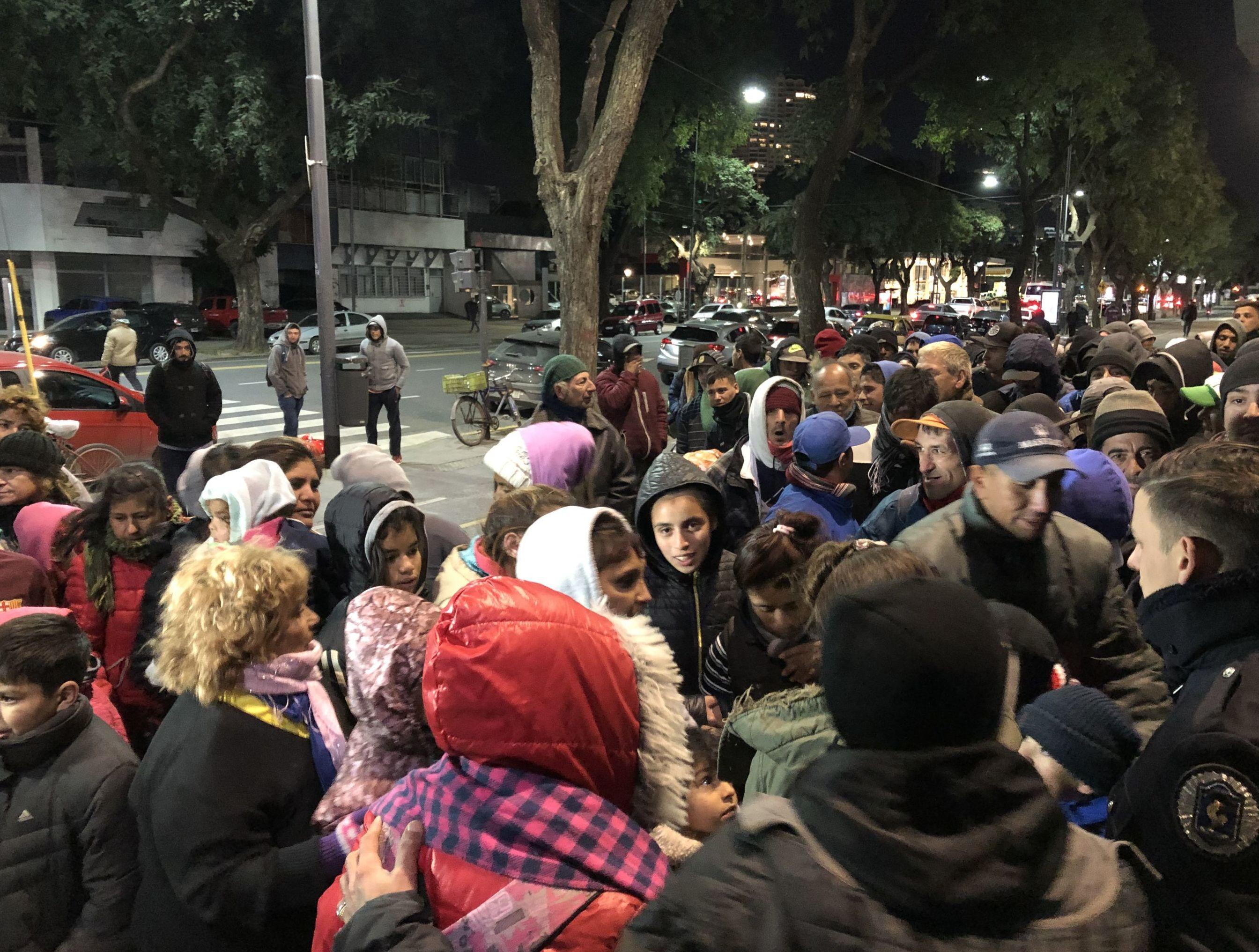 Argentinos en situación de calle esperan recibir donaciones para las noches gélidas