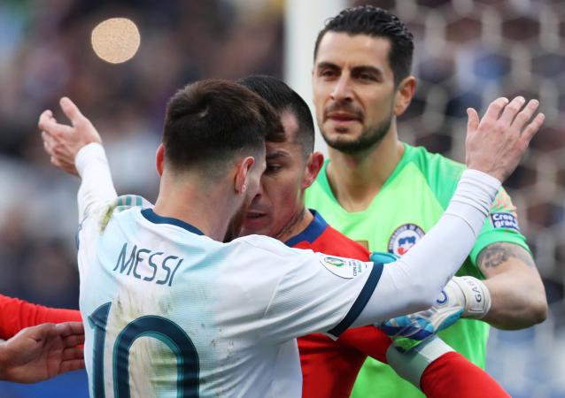 Lionel Messi se enfrenta a Gary Medel durante el partido por el 3º lugar de la Copa América