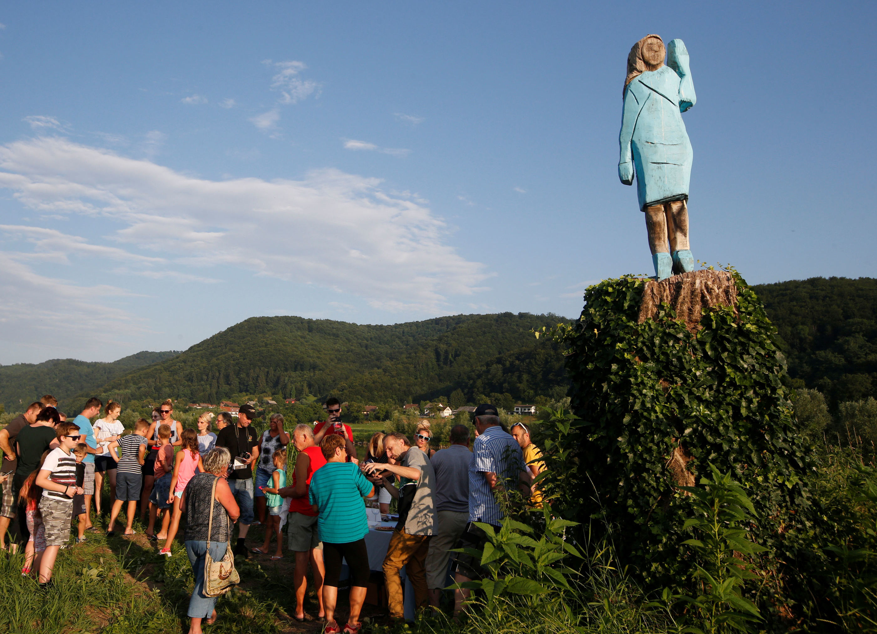 La escultura guarda poco parecido con la Melania real