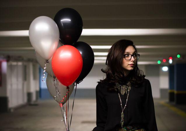 Una muchacha con globos