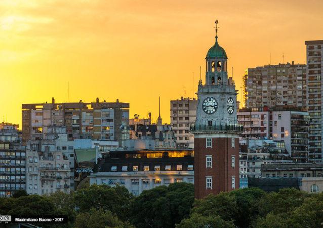 Torre monumental ubicada en el barrio Retiro de Buenos Aires