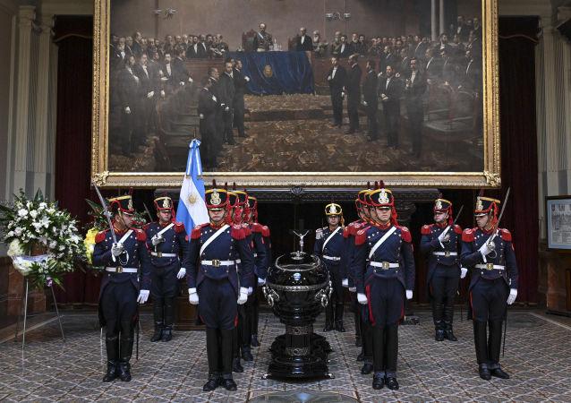 La guardia de honor cerca del ataúd del expresidente argentino Fernando De la Rúa
