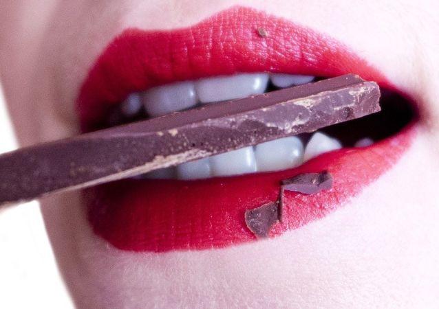 Una mujer comiendo chocolate