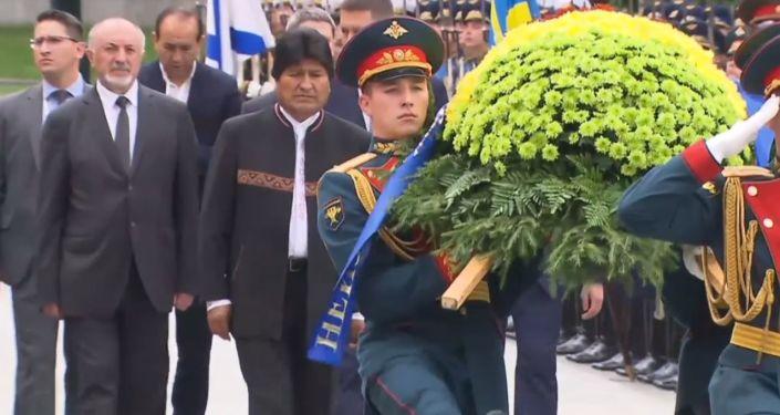 Evo Morales deposita una ofrenda floral en la Tumba del Soldado Desconocido en Moscú