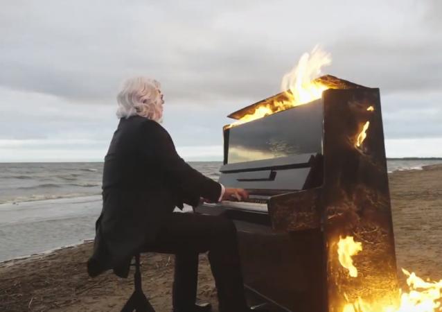 Fuego, agua y melodía: un pianista demuestra que la discapacidad no es un obstáculo