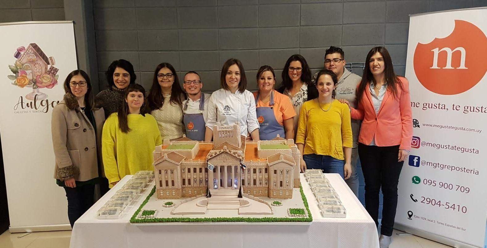 Parte del equipo que elaboró el Parlamento uruguayo en galleta rusa