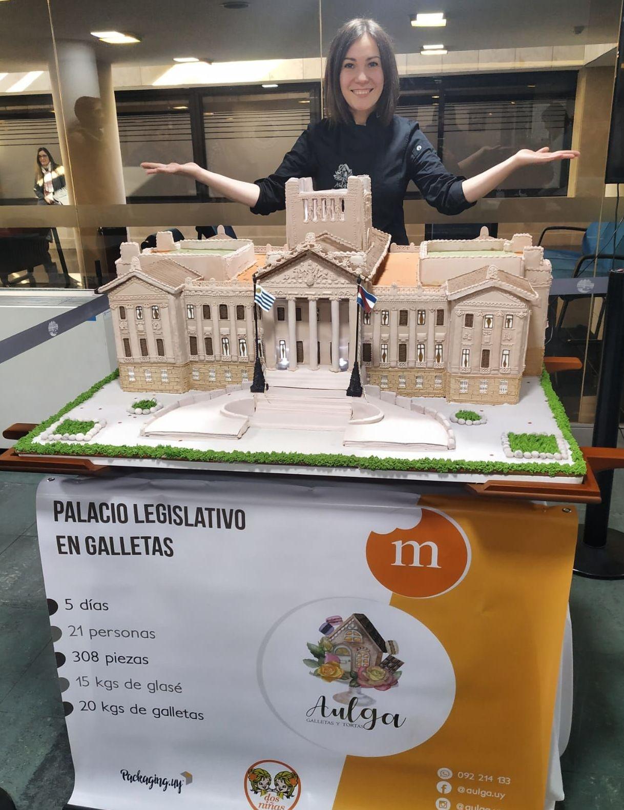 Olga Barbash con el Palacio Legislativo de Uruguay hecho de galleta rusa