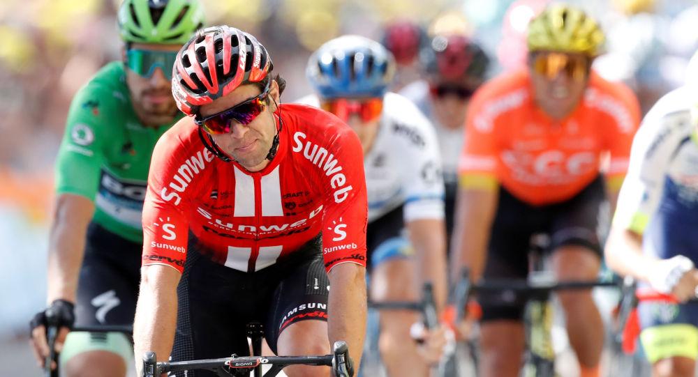 Ciclistas compitiendo