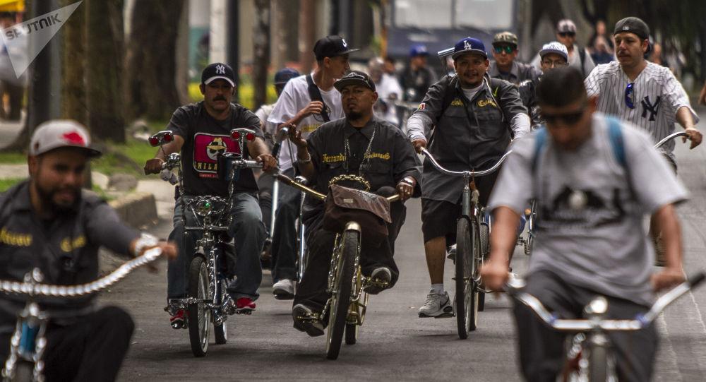 Fernando, en su bici dorada, presidente del club 'Chilangos Low Bike' durante una rodada en la Ciudad de México